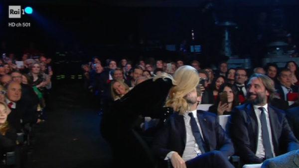 Michelle Hunziker bacia Tomaso Trussardi in diretta a Sanremo